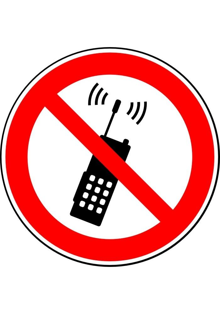 Пользоваться мобильным телефоном запрещено